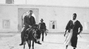 Paul Klee und August Macke (reitend) mit Fremdenführer vor der Barbier-Moschee in Kairouan, April 1914