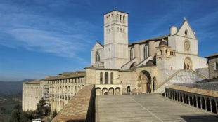 Ansicht der Kirchenanlage San Francesco in Assisi von Südosten mit dem Eingangsportal zur Unterkirche © Franco Cosimo Panini Editore