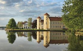 Rheinsberg, Blick über den Grienericksee auf Schloss und Theater © Stiftung Preußische Schlösser und Gärten Berlin-Brandenburg, Foto: Leo Seidel
