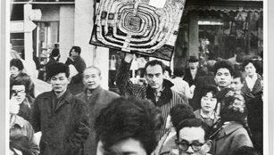 Friedensreich Hundertwasser mit dem Bild 466 Die erste Japan Spirale, 1961 Foto: Keisuke Kojima