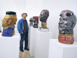 Erwin Eisch inmitten seiner Werke im Museum Moderne Kunst Wörlen, Passau © Foto: Thomas Reimann