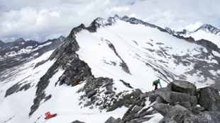 Künstlerduo läuft mit einem Boot durch die Alpen