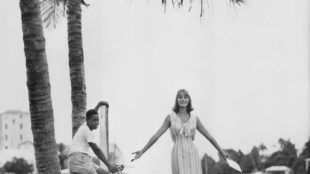 Model Tania Mallet vor den Booten in der Bucht von Flatts Village, Bermuda-Inseln, Vogue, Januar 1961