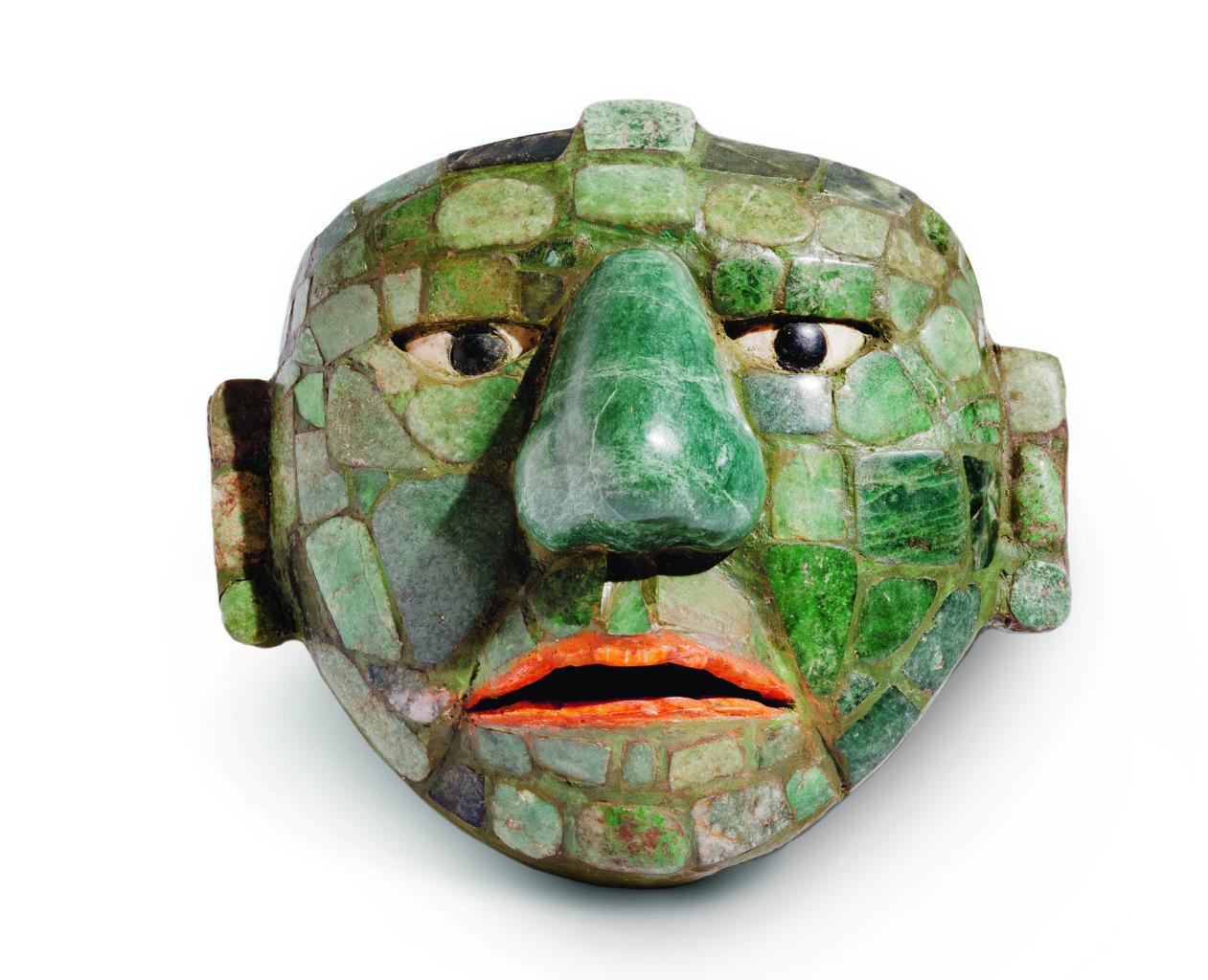 Kleine Jademaske, die vielleicht als Verzierung einer Gürtelschnalle verwendet wurde (250–800 n. Chr.). Fundación La Ruta Maya, Guatemala; Foto: Historisches Museum der Pfalz/Ricky López Bruni