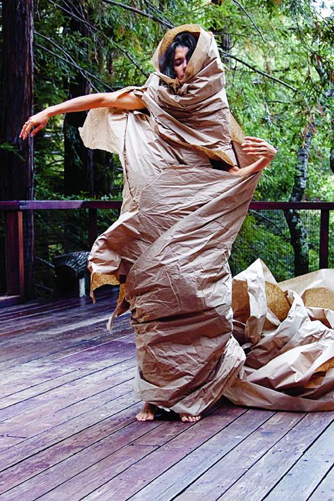 Janine Antoni und Anna Halprin, Paper Dance, 2013, fotografi ert von Pak Han auf dem Halprin Dance Deck. Mit freundlicher Genehmigung der Künstler und The Fabric Workshop and Museum, Philadelphia.
