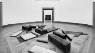 Richard Serra, Cutting Device: Base Plate Measure, Ausstellungsansicht im Museum Wiesbaden, 2017 Foto: Museum Wiesbaden/Bernd Fickert; © VG Bild-Kunst, Bonn 2017