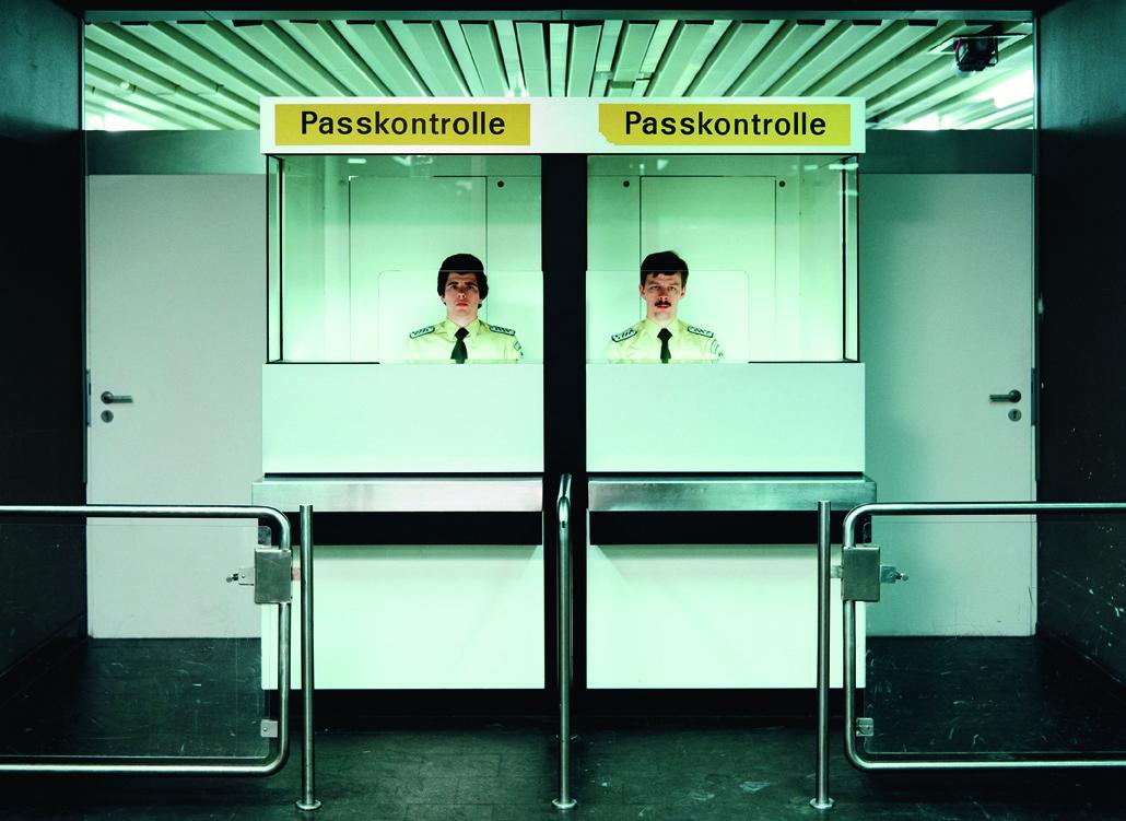 Andreas Gursky, Pförtner, Passkontrolle, 1982 (2007) © Andreas Gursky; VG Bild-Kunst, Bonn 2017 Courtesy Sprüth Magers